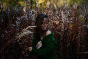 Осенняя фотосессия в лесу для девушки