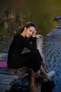 Осенняя фотосъемка девушки у реки