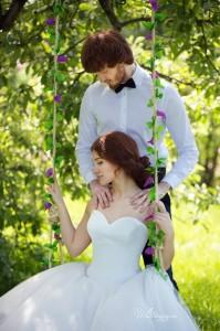 Летние свадебные фотографии с качелями