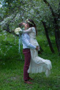 Свадебная фотосессия в яблоневом саду в Москве