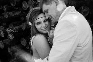Свадебная фотосессия у бревен