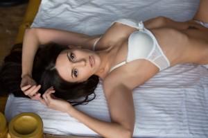 портрет девушки на кровати