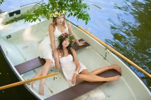 красивая фотосессия в лодке девушек